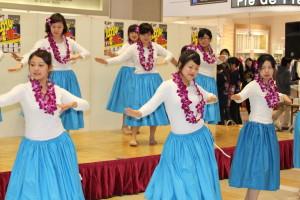 長崎女子短期大学の学生たちのフラダンス