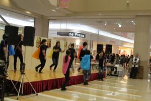 佐賀女子短期大学の学生のダンスパフォーマンス